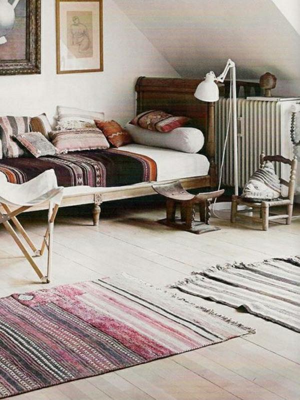 salon-deco-cocooning-canapé-beige-couverture-tapis-coloré-lampe-décorative-mur-en-bois
