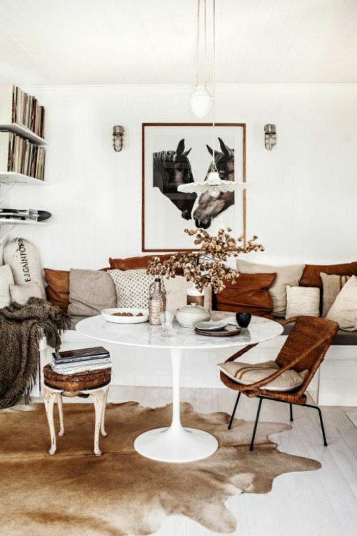 salon-en-cuir-déco-blanc-peinture-murs-blancs-coussins-beige-marron-fleurs-décoratives