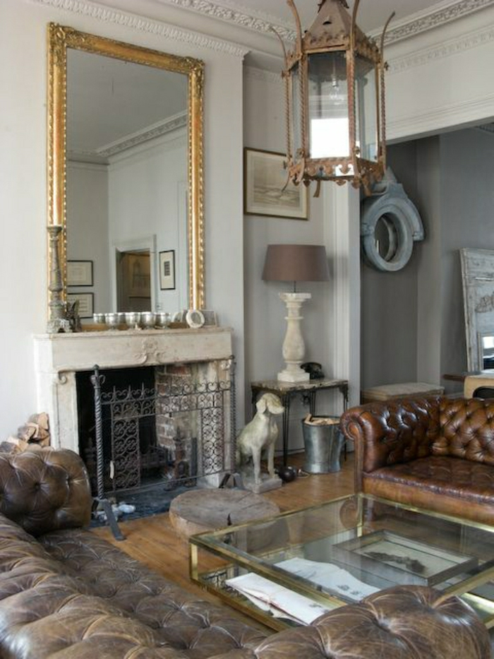 salon-en-cuir-marron-foncé-table-basse-de-salon-en-verre-miroir-cheminée