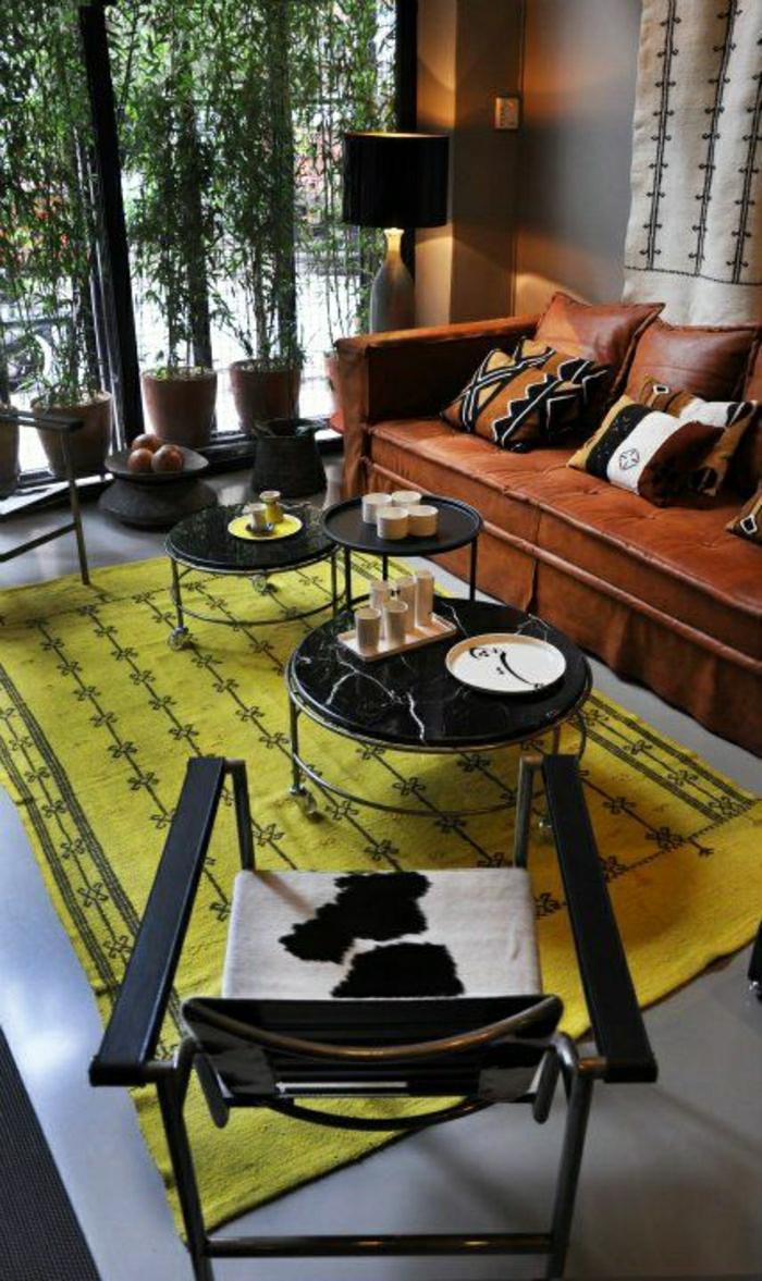 salon-en-cuir-tapis-jaune-fenetre-grande-lampe-décorative-canapé-en-cuir