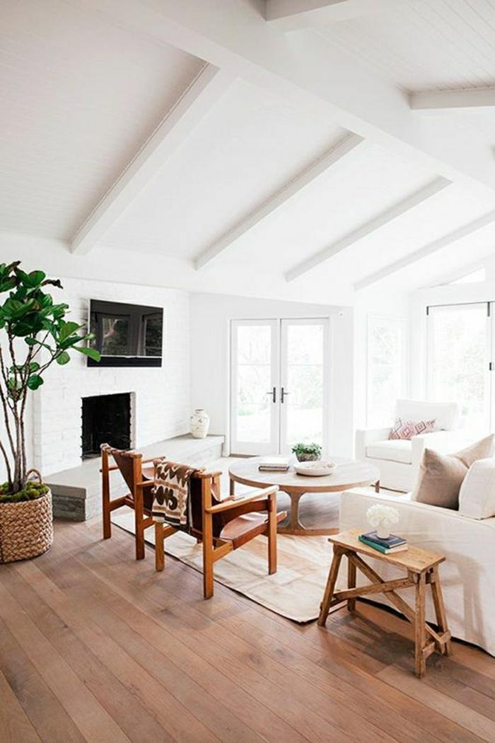 salon-mansardé-chambre-vaste-de-couleur-blanche-sol-en-bois-parqet-chaises-en-bois