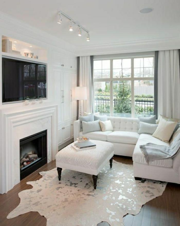 salon-moderne-en-cuir-canapé-blanc-en-cuir-fenetre-grande-rideaux-blancs