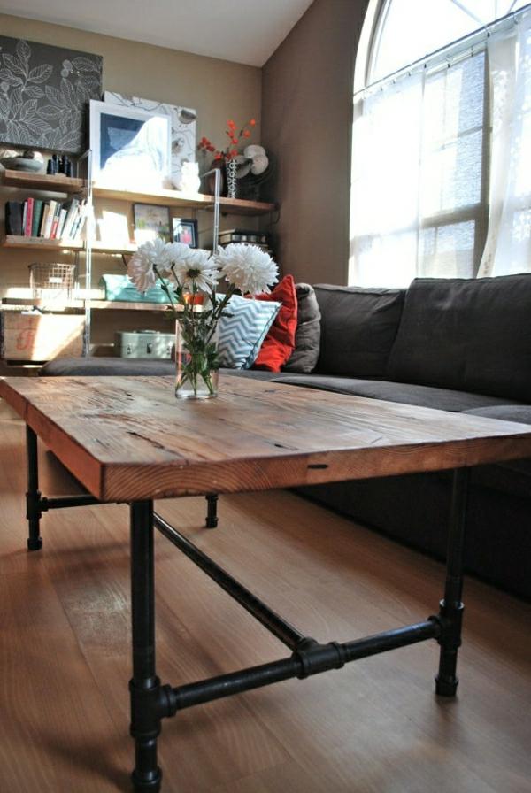 salon-moderne-parquet-table-basse-en-bois-fer-forgé-fleurs