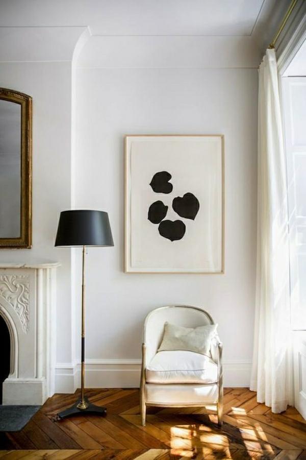 salon-sol-en-parquet-lampe-noire-chaise-blanche-rideaux-longs-blanc-peintures-murales-miroire