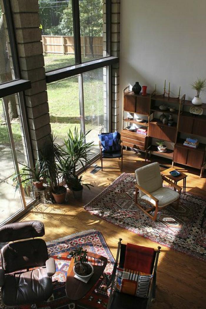 salon-vaste-pleine-de-lumière-sol-en-bois-chaises-de-salon-tapis-coloré-fenetre-grande