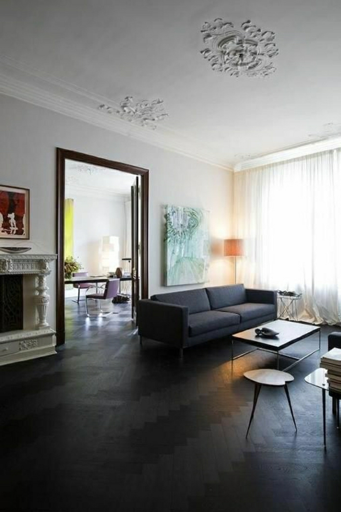 salon-vintage-parquet-gris-canapé-gris-table-basse-de-salon-plafond-blanc-rideaux-longs-blancs