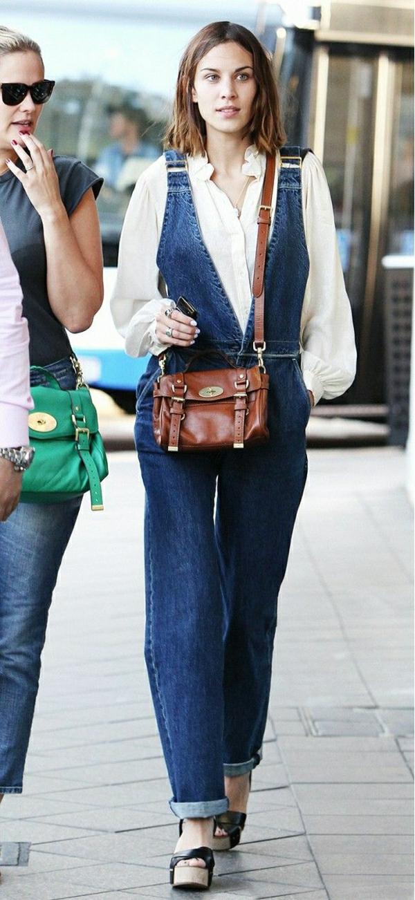 salopette-évasée-en-jean-sac-bandoulière-marron-chemise-blanche