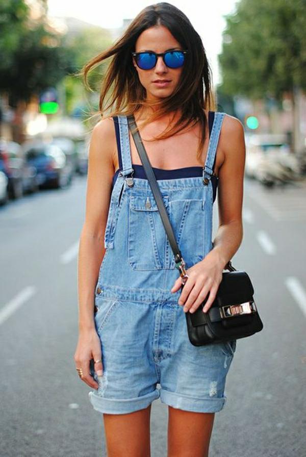 salopette-en-jean-shorte-femme-lunettes-de-soleil-mode
