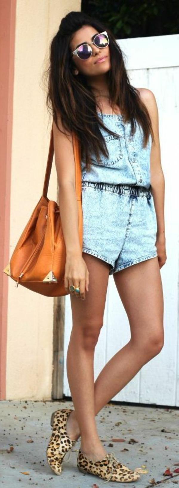 salopette-femme-mode-combinaison-denim-sac-bandoulière-lunettes-de-soleil
