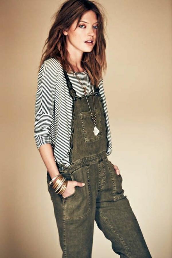 salopette-gris-t-shirt-aux-rayures-femme-brunette-bijou-yeux-bleus