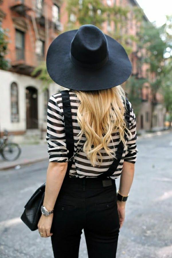 salopette-noir-femme-avec-t-shirt-aux-rayures-blanc-noir-blonde-fille