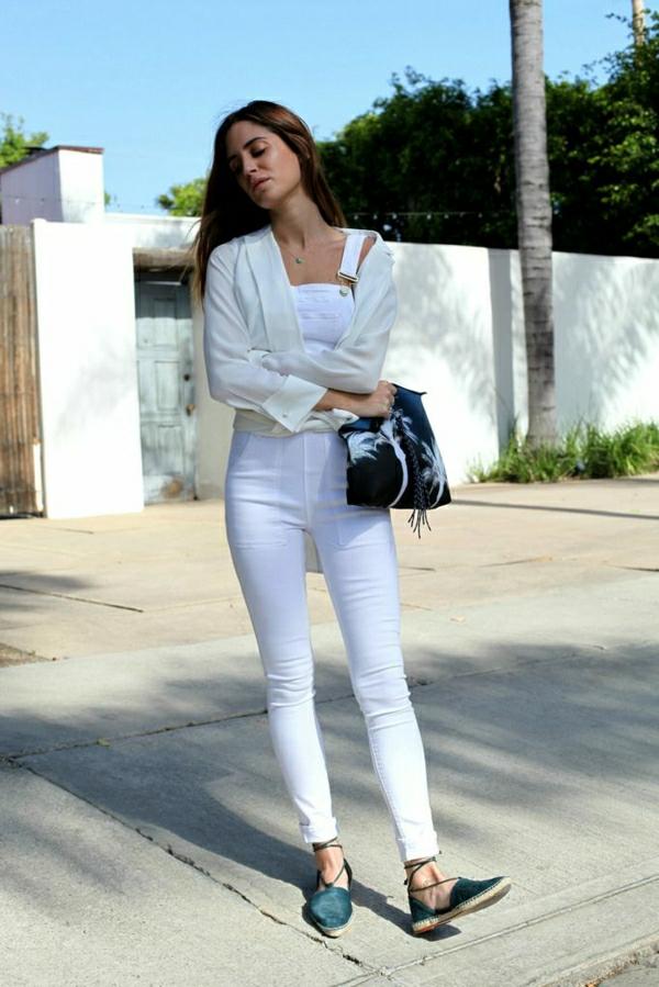 salopette-skinny-femme-avec-sandales-veste-blanc