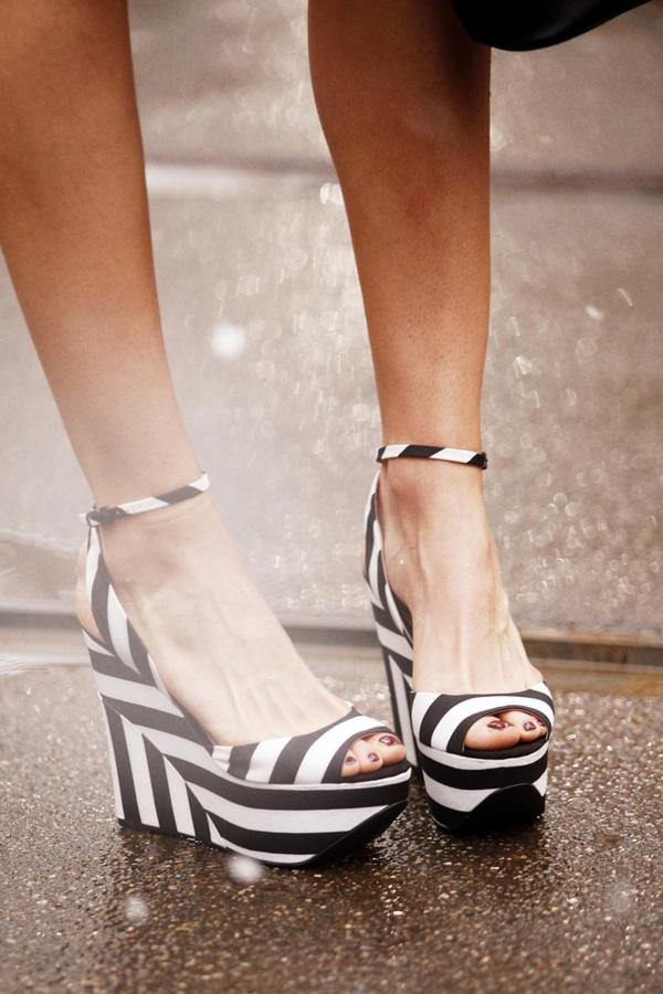 sandales-chaussures-compensés-platformes-blanc-noir-mode-femme-ete