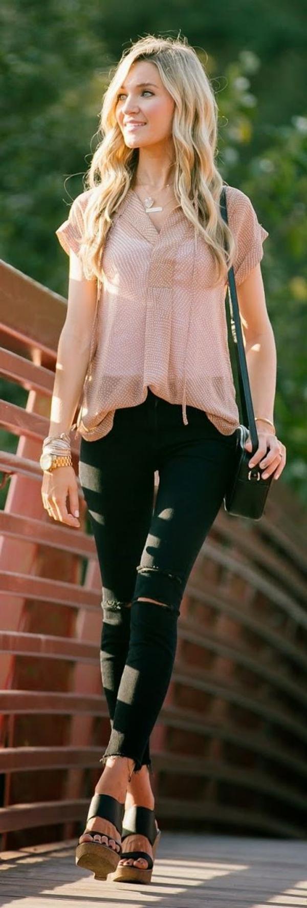 sandales-compensées-en-cuir-noir-jean-troué-noir-chemise-colorée-femme