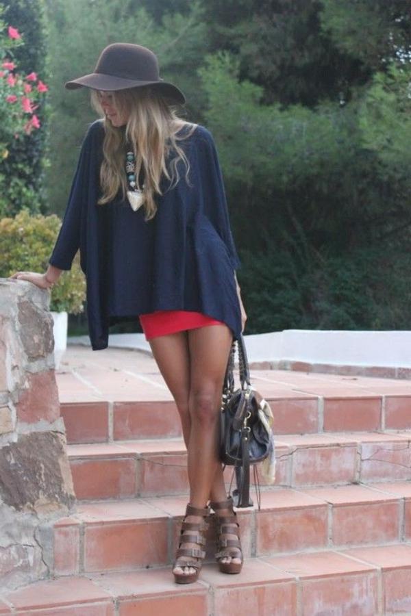 sandales-compensées-marron-en-cuir-mode-femme-jupe-rouge-t-shirt-robe