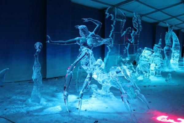 sculpture-de-glace-pleiade-de-personnages
