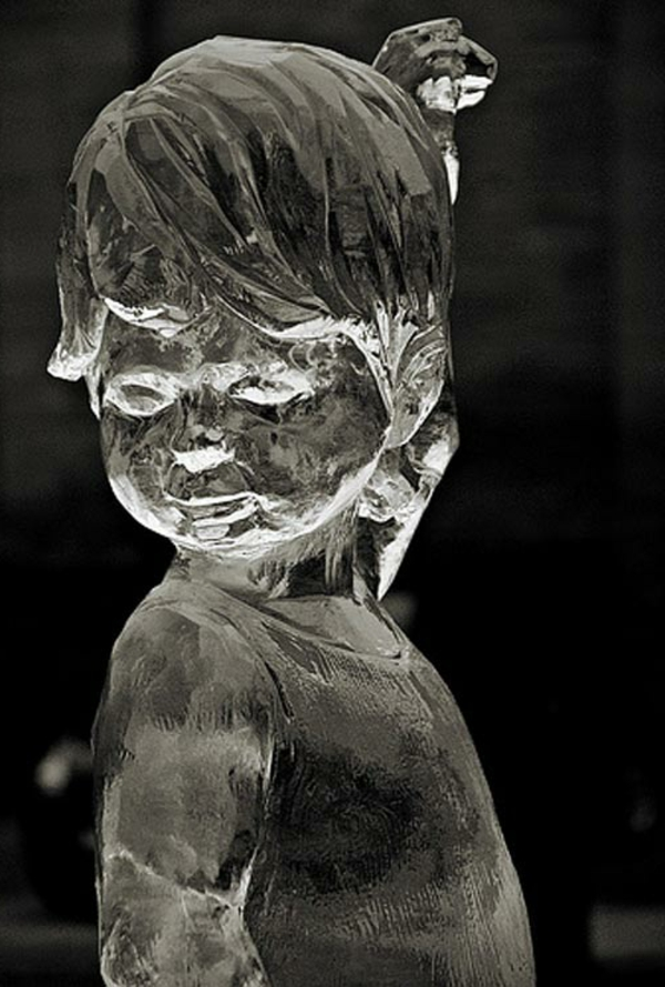 sculpture-de-glace-un-garçon-en-glace