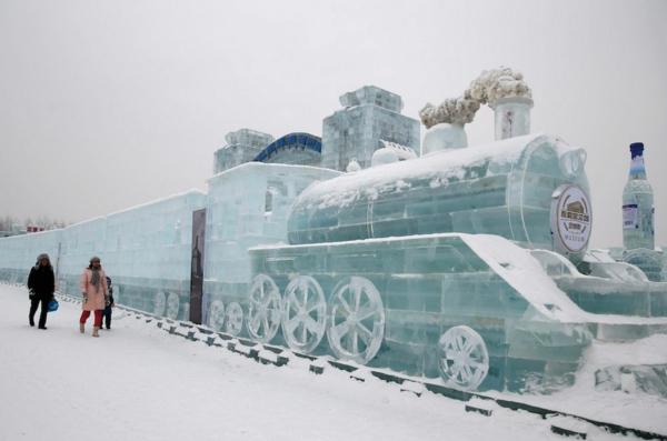 sculpture-de-glace-un-train-réalistique