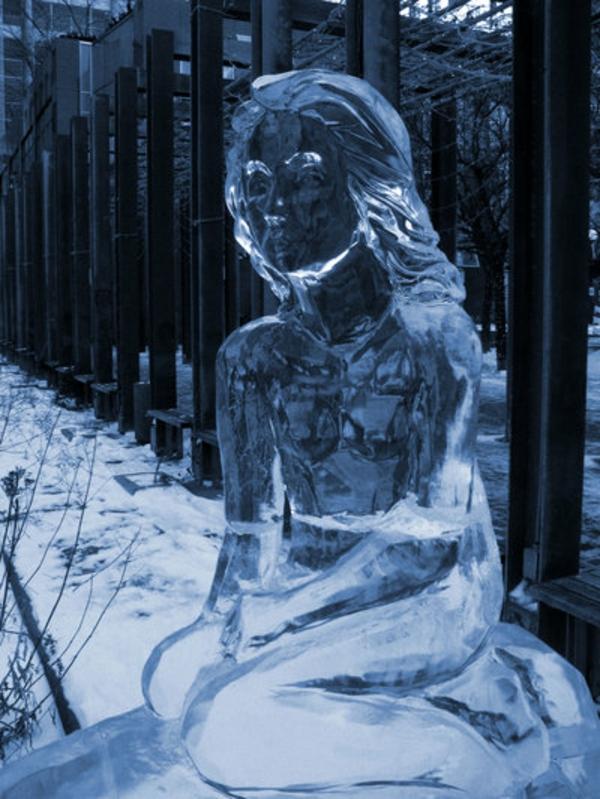 sculpture-de-glace-une-dame-triste