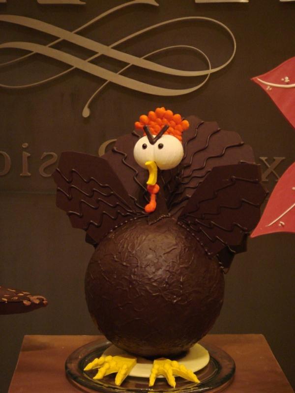 sculpture-en-chocolat-un-coq-fâché