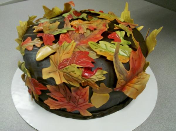 sculpture-en-chocolat-un-gâteau-avec-des-feuilles-en-fondant-coloré