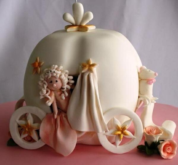 sculpture-en-chocolat-une-carrosse-de-chocolat-blanc