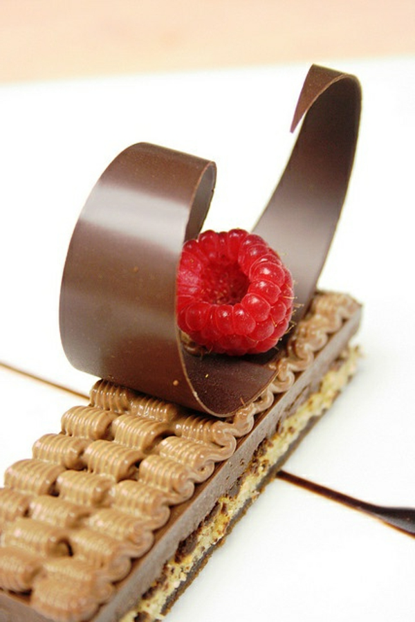 sculpture-en-chocolat-une-forme-jolie-sur-le-dessert