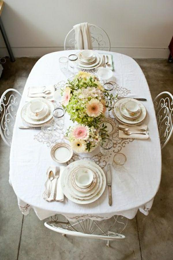 set-de-table-élégant-nappe-beige-en-lin-fleurs-chaises-en-fer-forgé