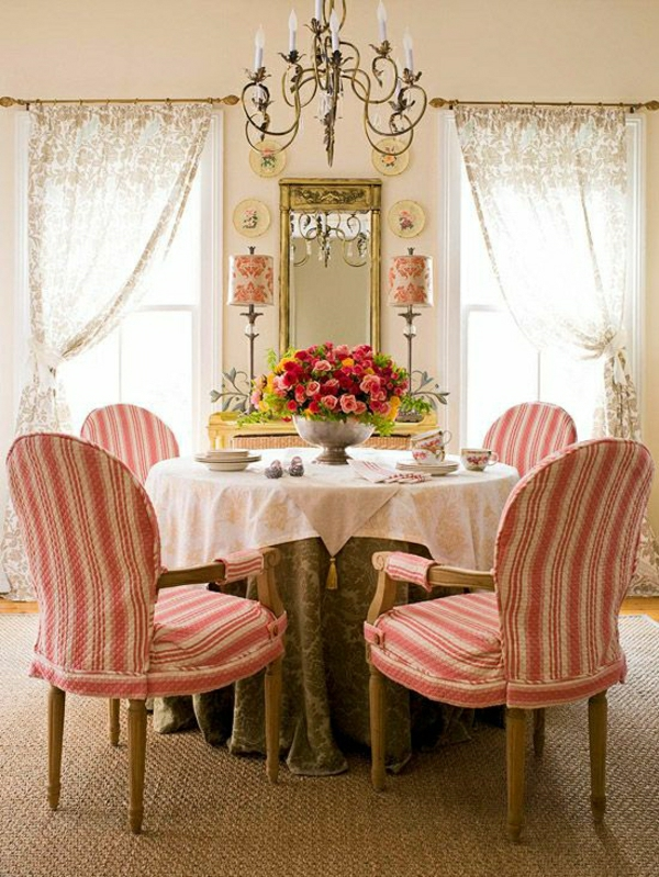 set-de-table-élégant-nappe-blanche-chaises-blanc-rouge-fleurs-de-table