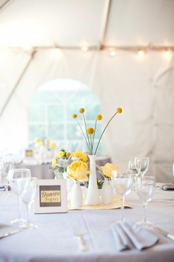 set-de-table-élégant-nappe-gris-fleurs-jaunes-verre-de-vin-serviette-de-table-gris