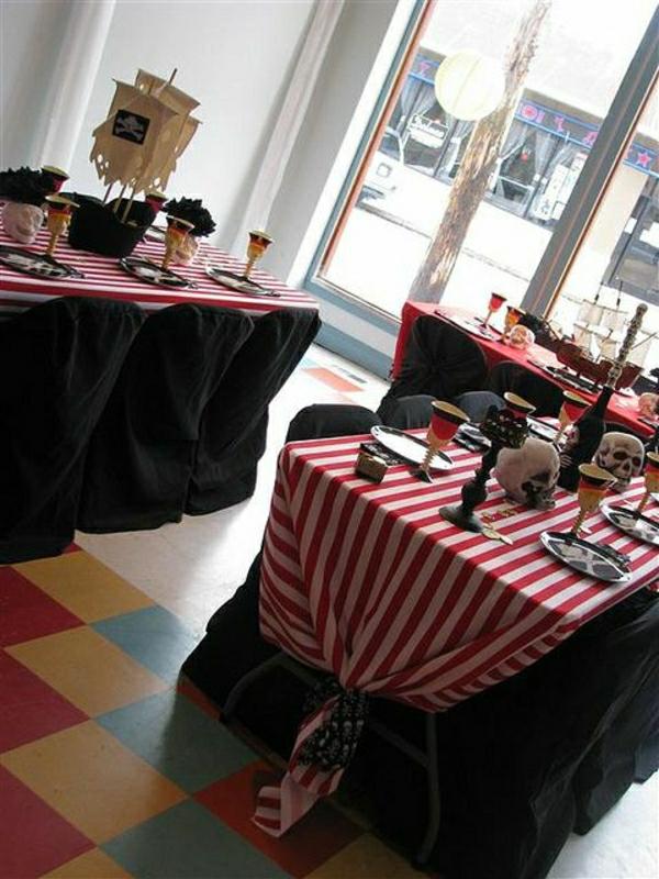 set-de-table-élégant-occasion-nappe-rouge-blanc-aux-rayures-bougie-nappe-noire