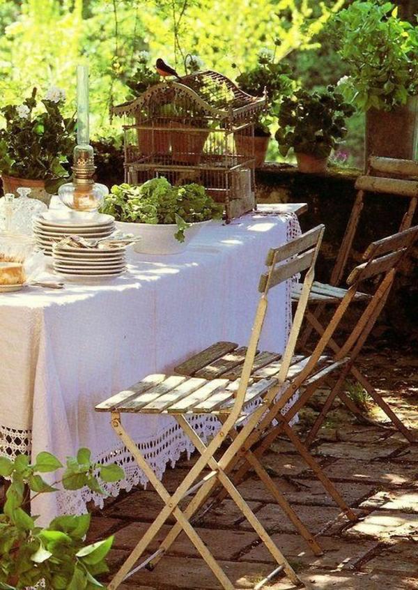 set-de-table-de-jardin-nappe-blanche-idée-magnifique-pour-la-table
