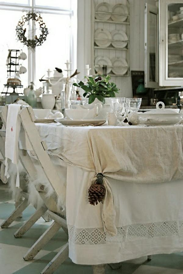 set-de-table-de-style-rustique-nappe-en-lin-beige-chaises-en-bois-blanc-deco-blanc