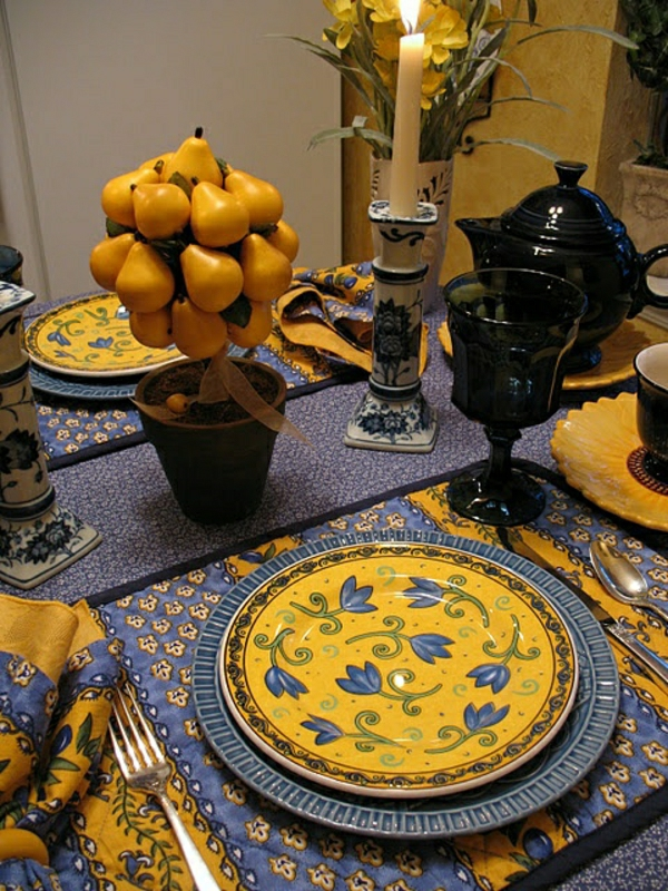 set-de-table-jaune-bleu-serviette-de-table-colorée-jaune-bleu-bougie-diner