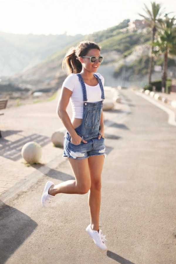sneakers-blancs-femme-salopette-en-jean-t-shirt-blanc