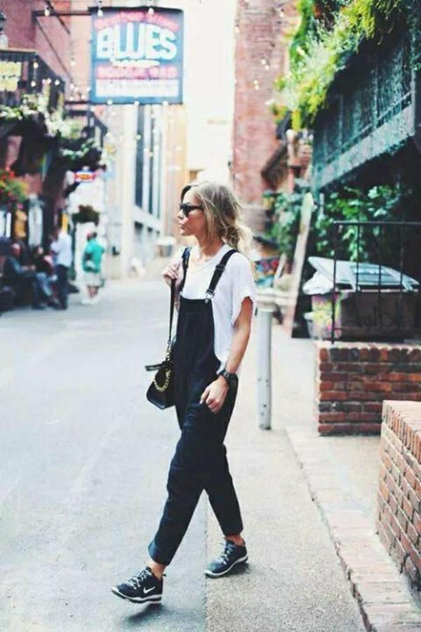 sneakers-noirs-nike-femme-blonde-salopette-en-jean-noir-t-shirt-blanc