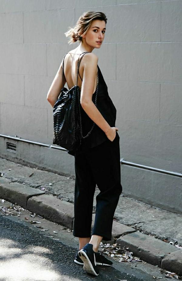 sneakers-noirs-nike-femme-salopette-en-jean-noir-dos-ouvert