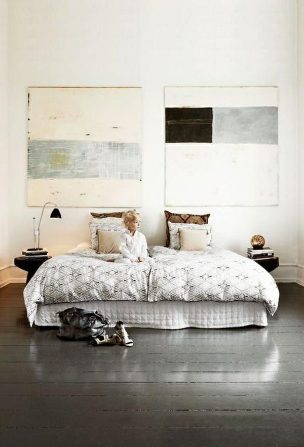 sol-parquet-gris-enfant-lit-linge-de-lit-coussins-lampe-de-chevet
