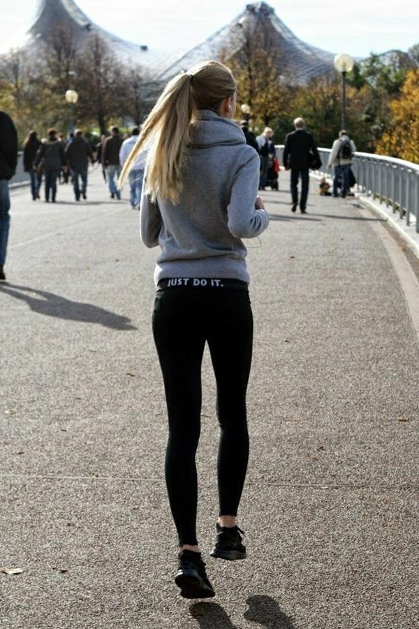 sport-sweatshirt-veste-capuche-femme-blonde-courir