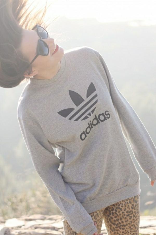 sweatshirt-adidas-gris-femme-sourire-brunette-lunettes-de-soleil