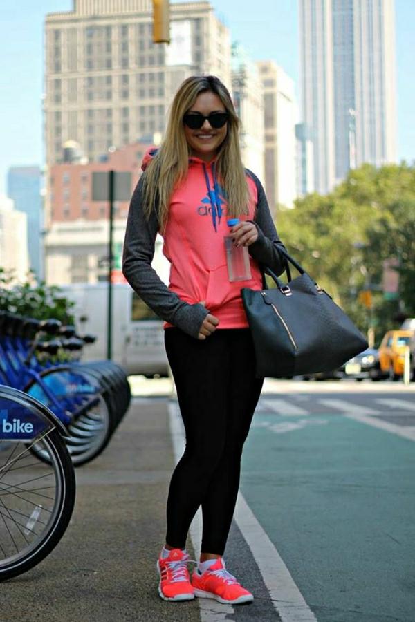 sweatshirt-adidas-rose-femme-blonde-fille-lunettes-de-soleil