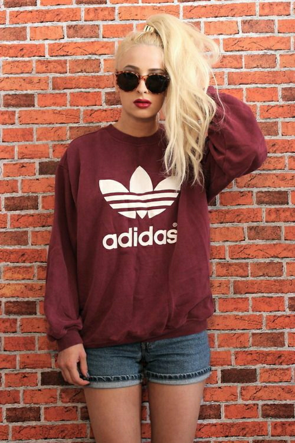 sweatshirt-adidas-rouge-femme-blonde-fille-lunettes-de-soleil
