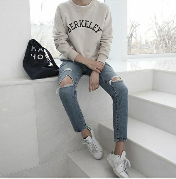 sweatshirt-chic-gris-femme-pantalon-denim-troué-mode-sneakers-blancs