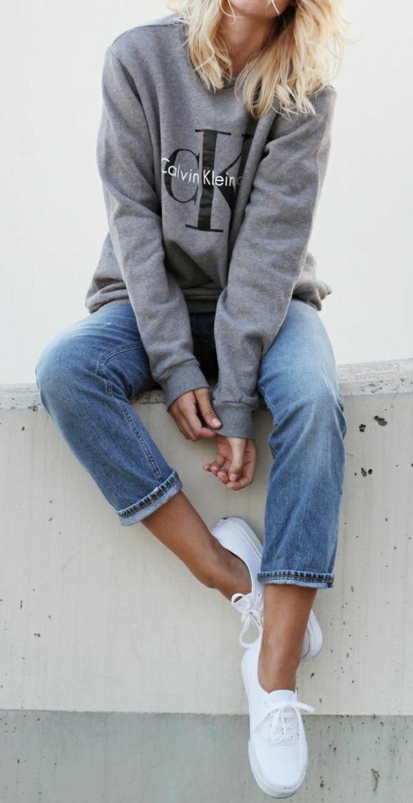 sweatshirt-femme-calvin-klein-gris-denim-élégant-femme-blonde