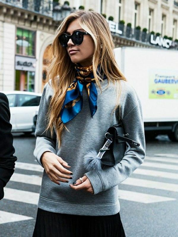 sweatshirt-gris-femme-blonde-cheveux-sac-en-cuir-noir