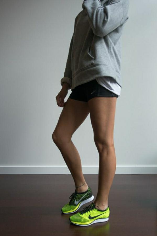 sweatshirt-gris-femme-outfit-sport-sneakers-vert-tendance-femme