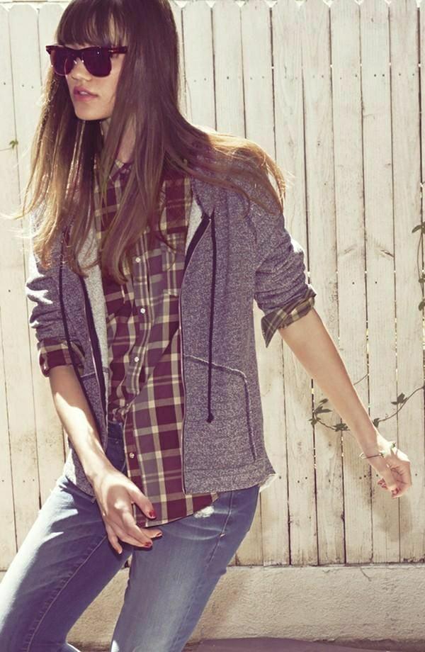 sweatshirt-gris-veste-capuche-femme-lunettes-de-soleil-mode-tendance
