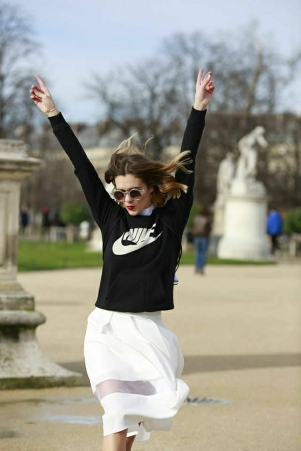 sweatshirt-nike-femme-blanc-jupe-mi-longue-blanche-lunettes-de-soleil-femme