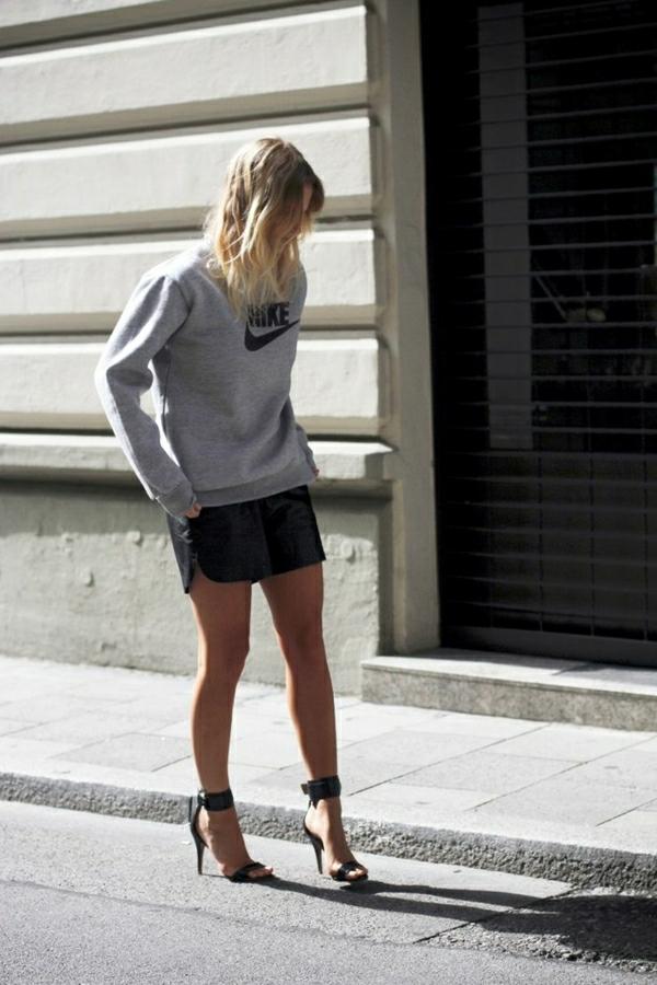 sweatshirt-nike-jupe-en-cuir-noir-femme-blonde