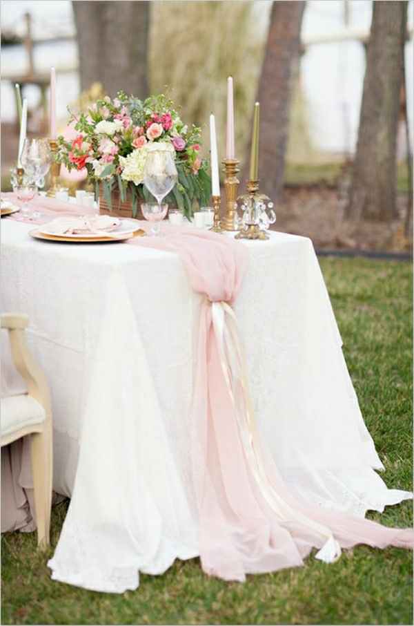 table-élégante-avec-une-nappe-blanche-fleurs-mariage-décoration-de-table-mariage